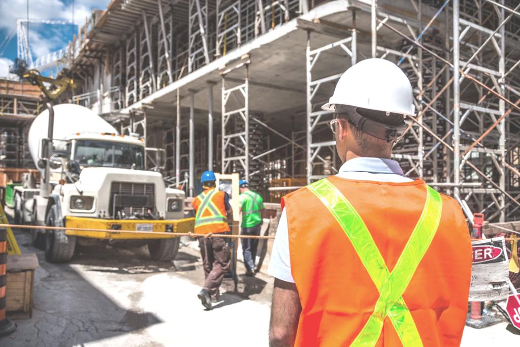 Bauarbeiter, der am Arbeitsplatz gemobbt wird
