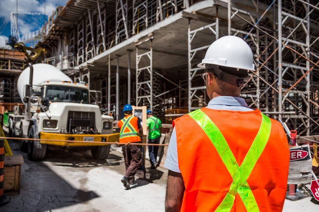 Bauarbeiter, der bei der Arbeit gemobbt wird