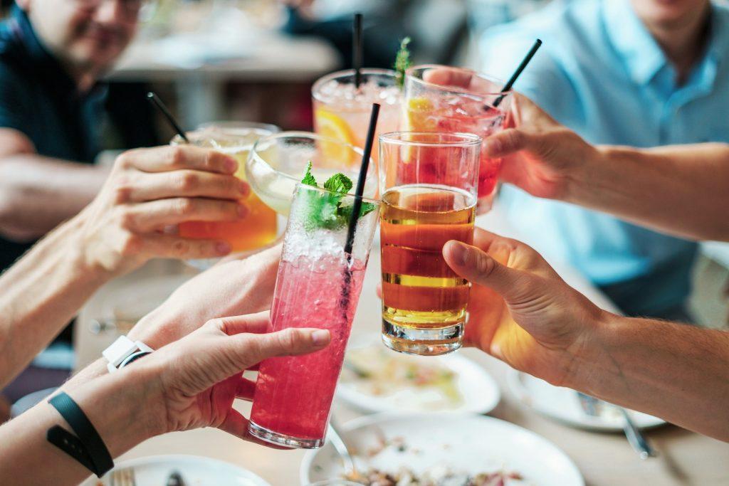 Mit Alkohol steigt die Gefahr, dass der Freund fremdgeht