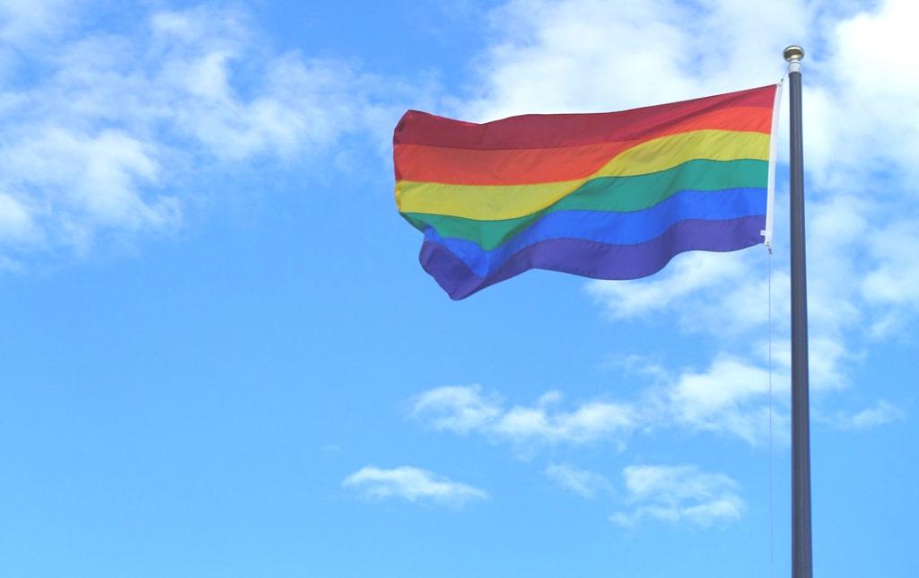 Die Regenbogenflagge ist ein Symbol der Schwulenbewegung.