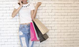 Frau geht shoppen von Gehalt als Prostituierter