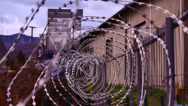 Wenn ein Partern im Gefängnis ist, dann lebt man sich schnell auseinader und fragt sich: Liebe ich sie noch?
