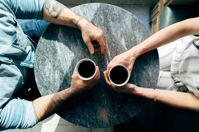 Funkstille mit dem besten Freund beseitigen: Am besten bei einem Gespräch.