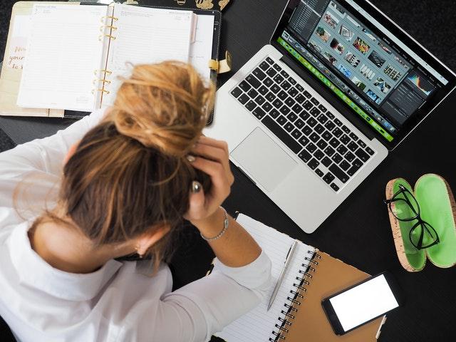 Eigene Emotionen können einen bei der Arbeit so sehr beeinflussen, dass man denkt, man sei dumm.
