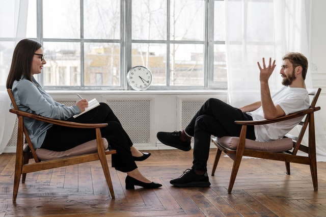 Bei Sexfantasien mit der Mutter kann ein Gespräch mit einem Sexualtherapeuten oder in einer Beratungsstelle helfen.
