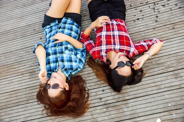 Wenn man in den gleichen verliebt ist, hilft es, mit jemand anderem drüber zu reden.