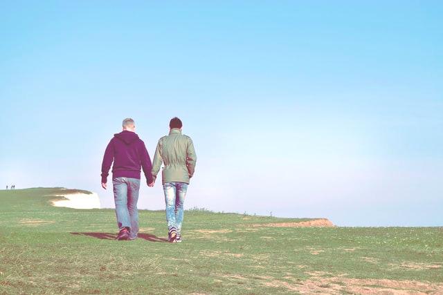 Schwules Pärchen beim Spaziergang.